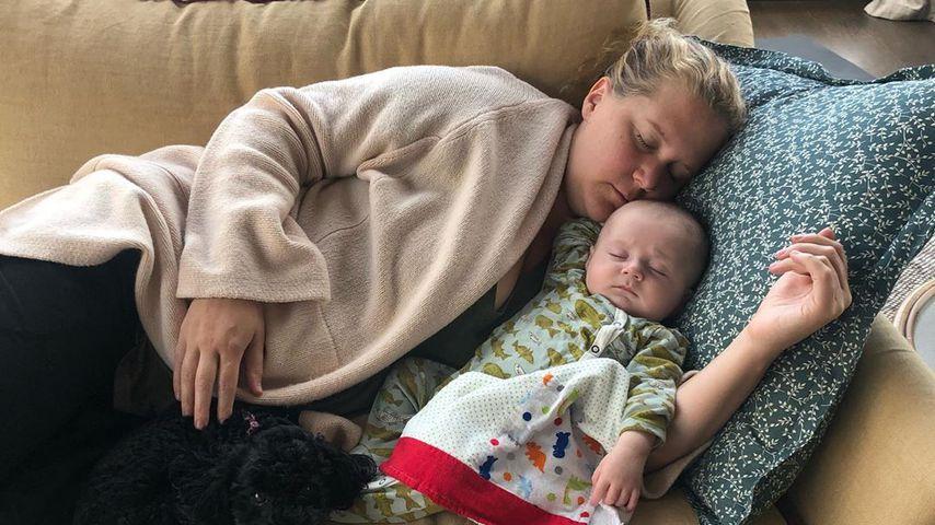 Knuddel-Moment: So schlummert Amy mit Sohn bei der Arbeit!