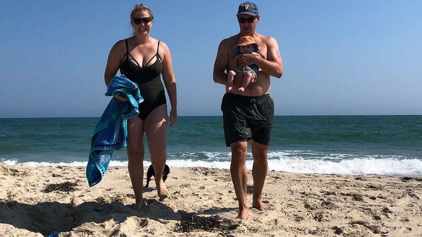Amy Schumer mit Mann Chris und Baby Gene am Strand, Juli 2019