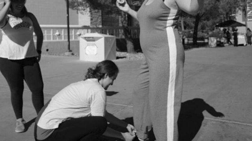 Amy Schumers Schwester bindet ihr die Schuhe zu