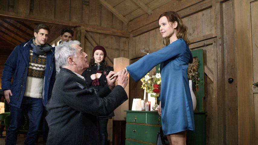André (Joachim Lätsch) macht Melli (Bojana Golenac) einen Heiratsantrag