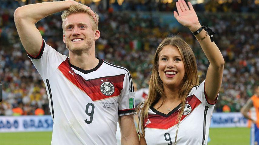 André Schürrle und Montana Yorke nach dem Sieg von Deutschland gegen Argentinien im WM-Finale
