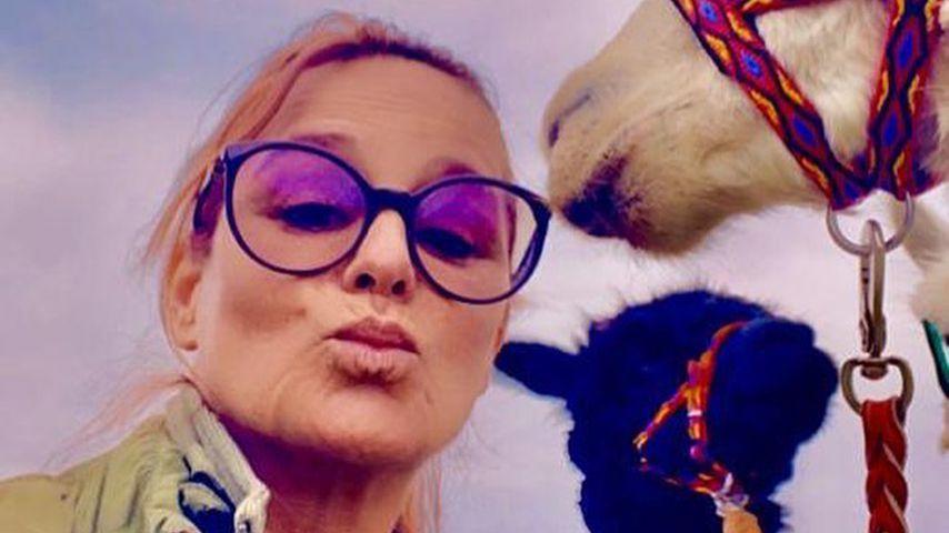 Andrea Berg und zwei ihrer Alpakas, Mai 2020