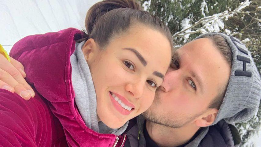 Angelina Heger und Basti Pannek schmusen im Schnee