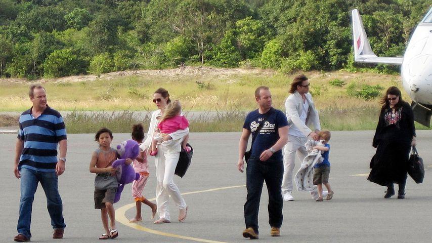 Anglina Jolie und Brad Pitt am Con Son Airport in Vietnam