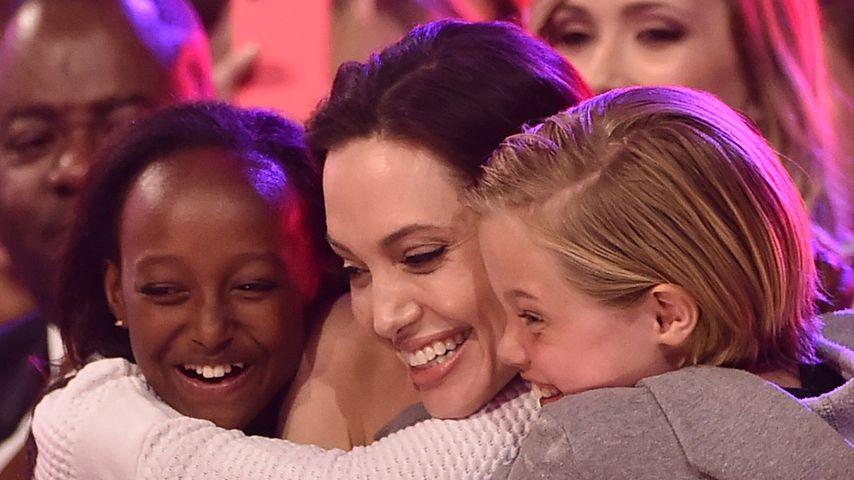Angelina Jolie mit ihren Töchtern Zahara Marley Jolie-Pitt und Shiloh Jolie-Pitt im Jahr 2015