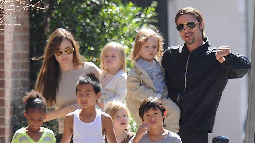 Angelina Jolie und Brad Pitt mit ihren sechs Kindern, März 2011
