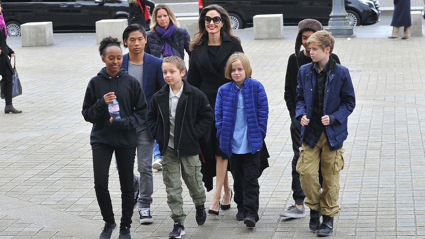 Angelina Jolie und ihre Kinder Zahara, Pax, Knox, Vivienne, Maddox und Shiloh in Paris