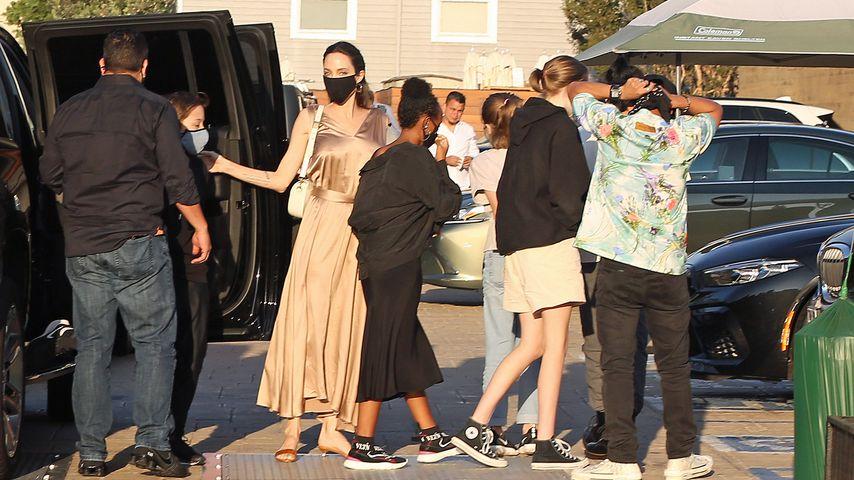 Angelina Jolie und ihre Kinder vor einem Restaurant in Malibu