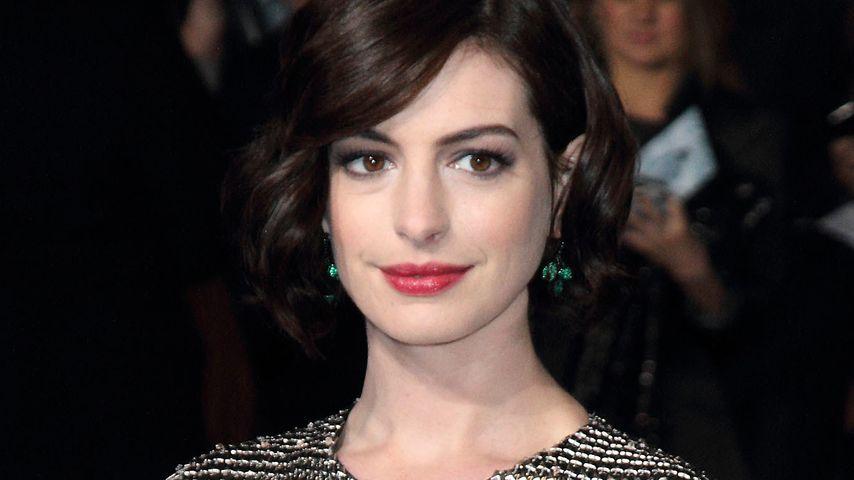 Kettenhemd: Anne Hathaway zeigt sich im Ritterlook