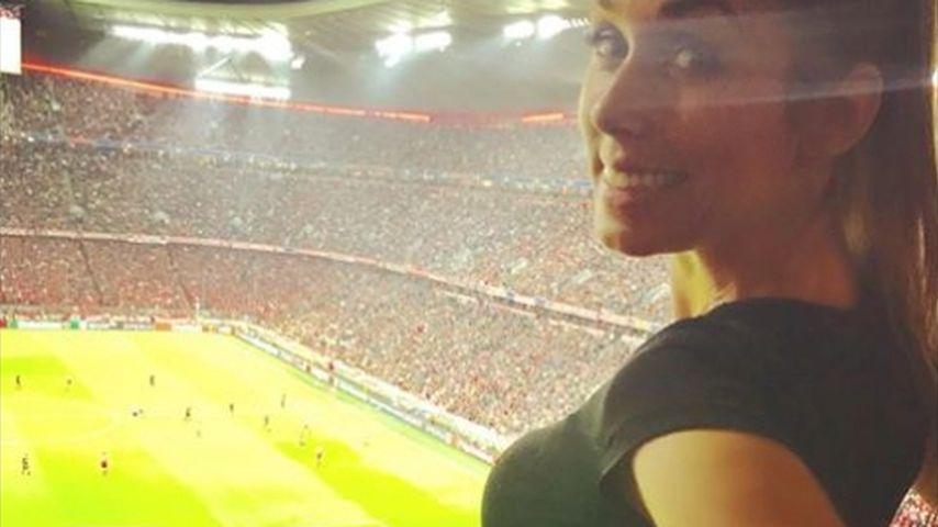 Kugel-Konkurrenz: Baldmama Annemarie Carpendale beim Fußball