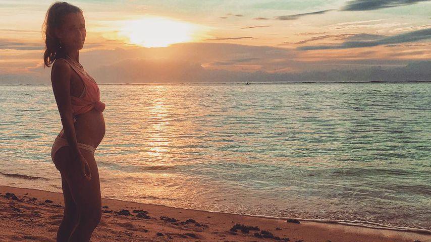 Er wächst: Annemarie Carpendale zeigt Babybauch am Strand