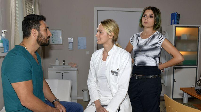 Anni (Linda Marlen Runge r.) ertappt Mesut (Mustafa Alin) beim Flirten mit Maja (Anne Catrin Märzke)