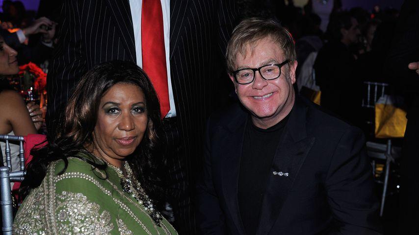Zu fein für den Sand? Elton John wird auf Händen getragen