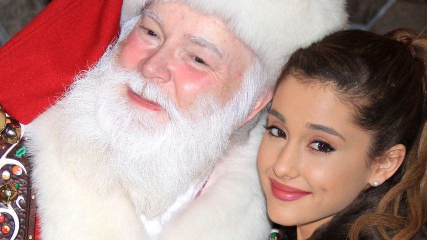 Little Girl! Ariana Grande im Arm von Santa Claus