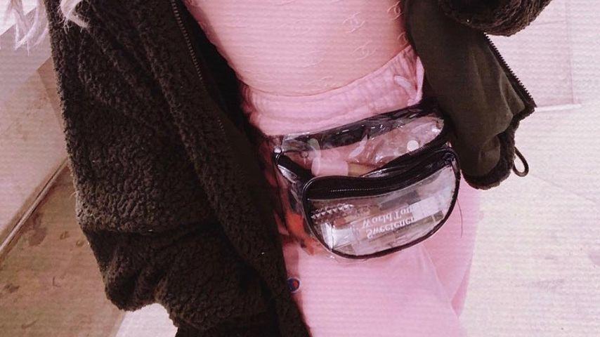 Ariana Grande mit durchsichtiger Bauchtasche
