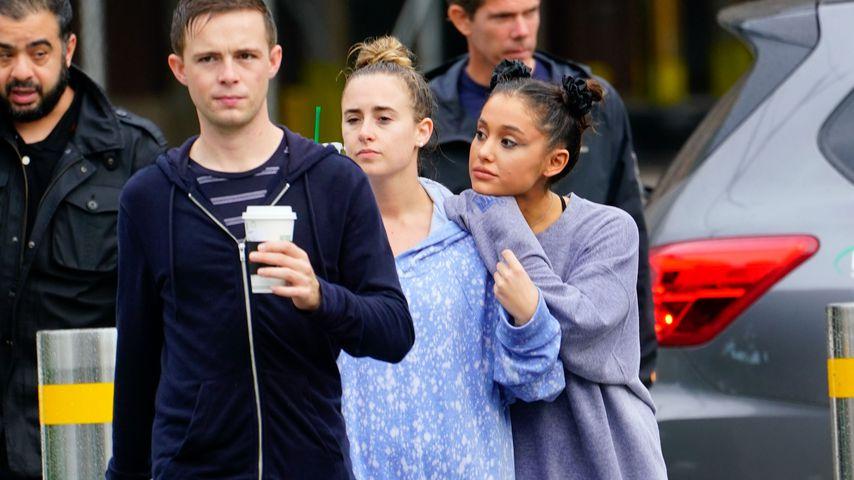 Ariana Grande (r.) gemeinsam mit Freunden in New York