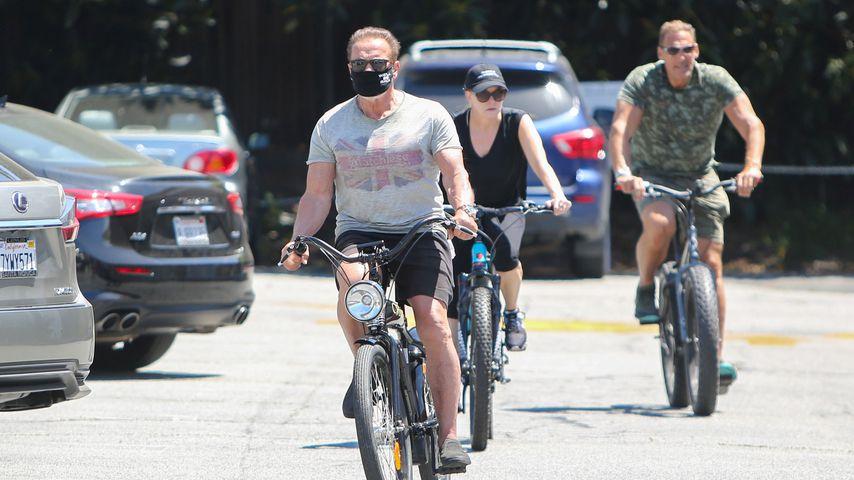 Arnold Schwarzenegger beim sonnigen Radausflug mit Freundin