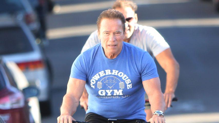 Arnold Schwarzenegger und Ralf Möller auf Fahrrädern im November 2019