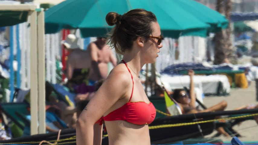 Aurora Ramazzotti am Strand in Forte dei Marmi