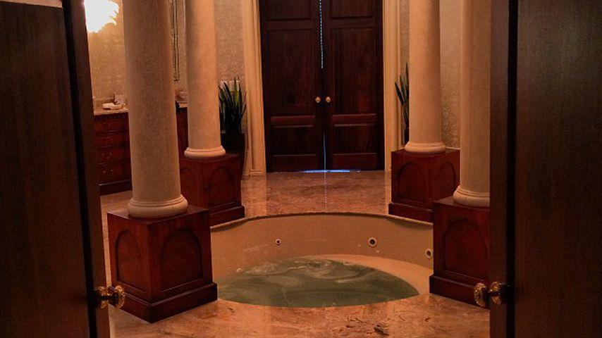 Eines von Tyler Perrys zwölf Badezimmern mit Whirlpool im Jahr 2013