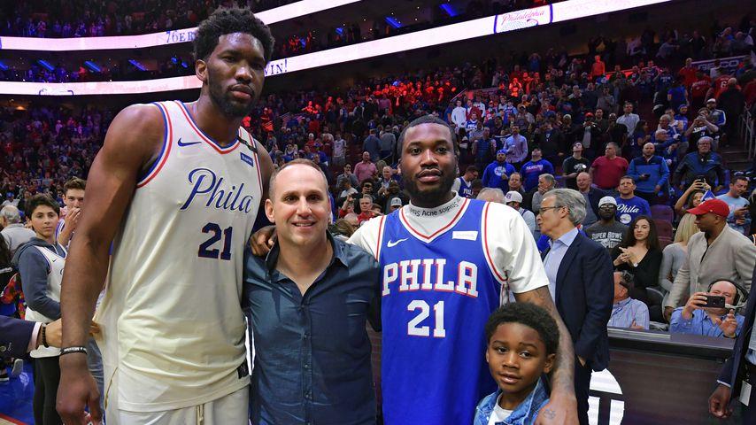 Basketballspieler Joel Embiid, Philadelphia 76ers Co-Besitzer Michael Rubin, Meek Mill und sein Sohn