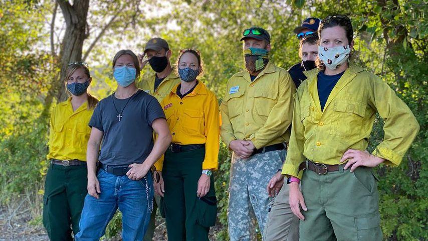 Bear Brown (2.v.l.) zusammen mit Feuerwehrleuten im September 2020