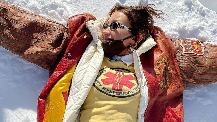Nicht zu kalt? Bella Hadid macht bauchfrei Schnee-Engel!