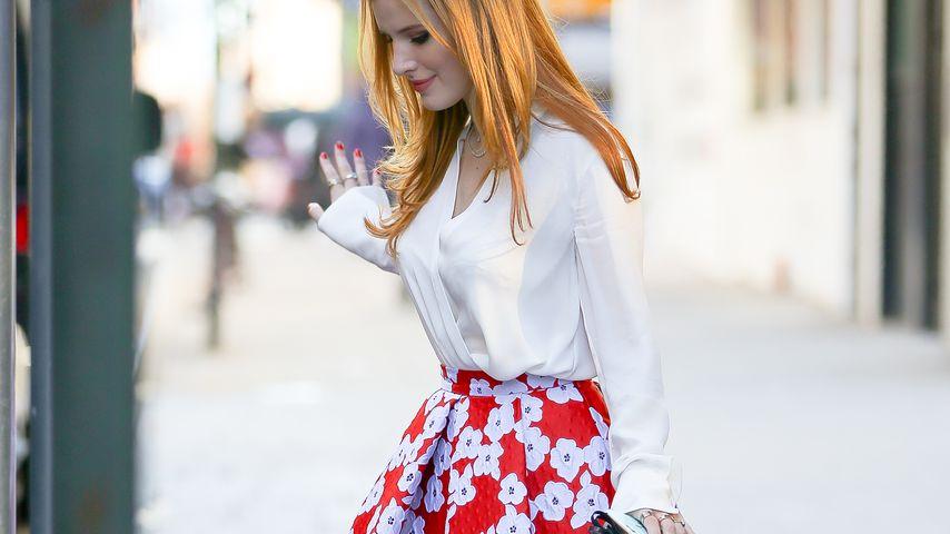 Sommerkind im Winter: Bella Thorne setzt auf blumige Outfits