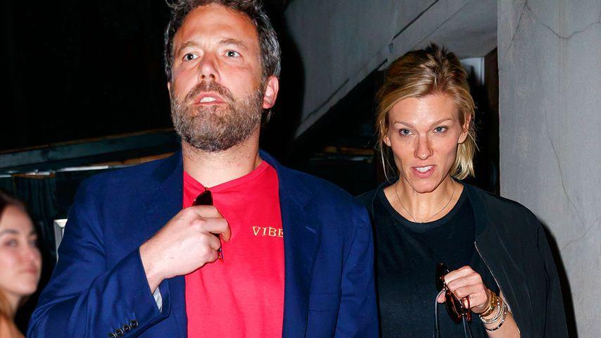 Ben Affleck und Lindsay Shookus vor dem Mas Farmhouse in New York
