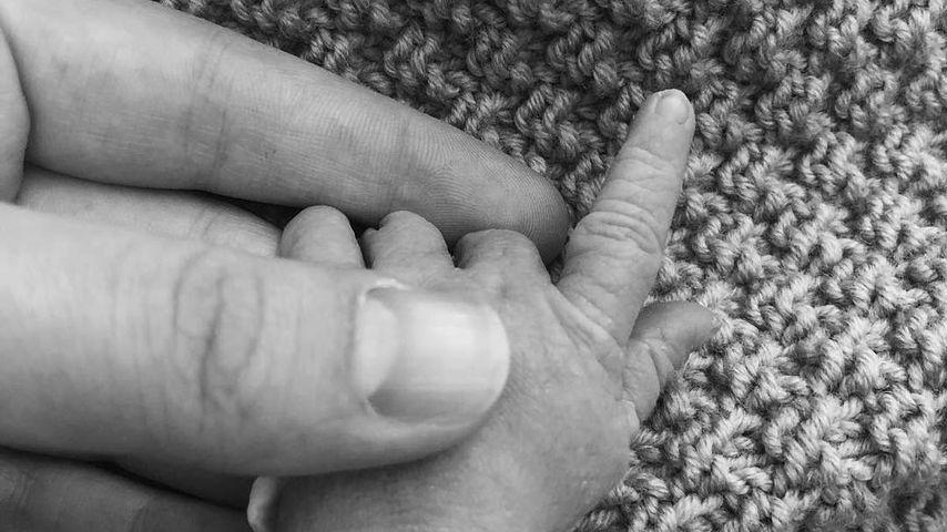 Benedikt Höwedes zeigt die Hand seines Kindes