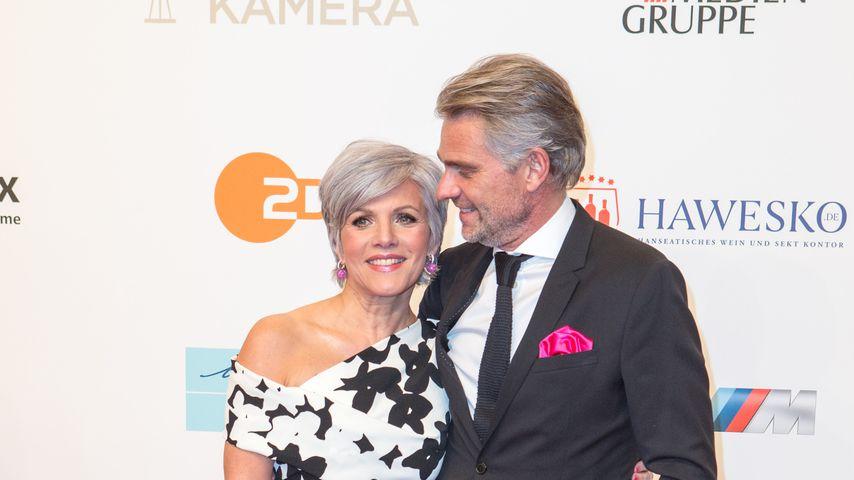 Birgit Schrowange mit ihrem Freund auf dem Red Carpet der Goldenen Kamera 2018