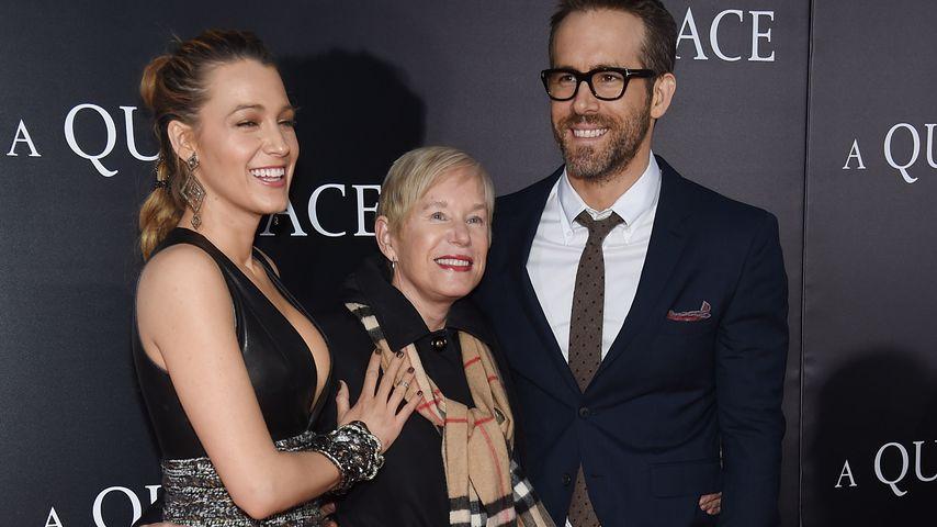 """Blake Lively, Tammy Reynolds und Ryan Reynolds bei der """"A Quiet Place""""-Premiere in NYC im April 2018"""