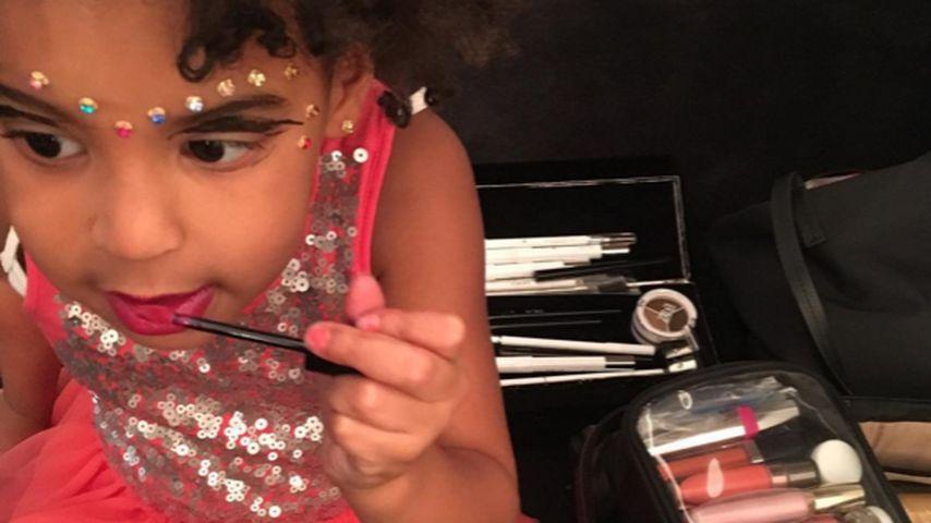 Kleine Beauty-Queen: Blue Ivy probiert Mamas Schminke aus!