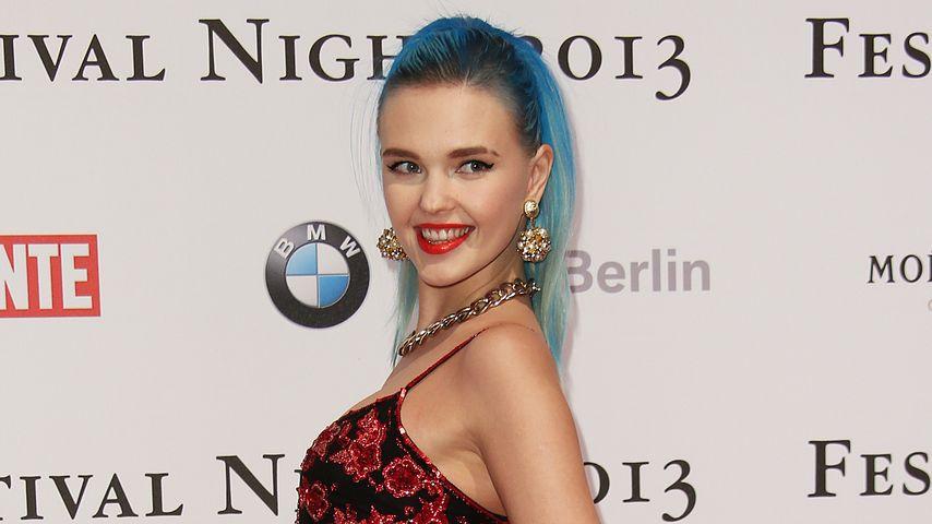 Bonnie Strange: Blaue Haare zum 90s Dress