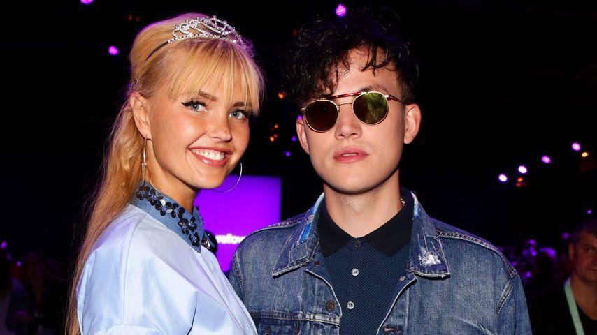Bonnie Strange mit Freund bei der Laurèl Show im Rahmen der Mercedes-Benz Fashion Week in Berlin