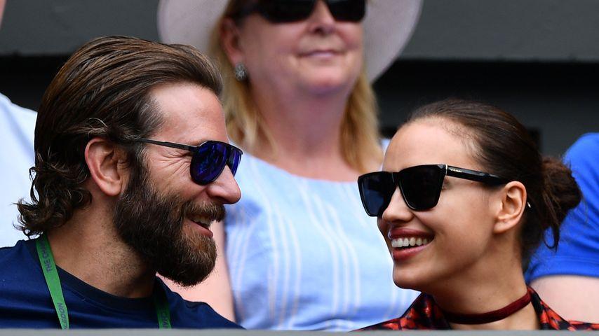 Aha! DAS hat es mit Bradley Coopers Ring auf sich