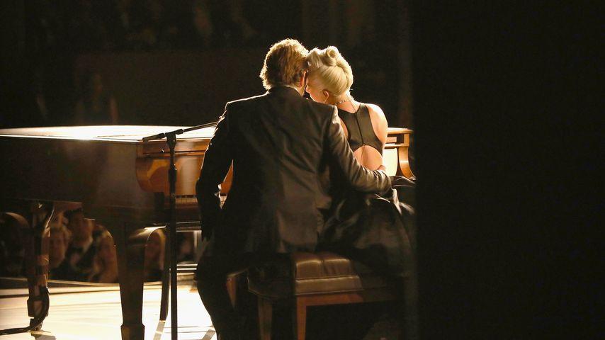 """Bradley Cooper und Lady Gaga während ihrer Oscar-Performance von """"Shallow"""", 2019"""