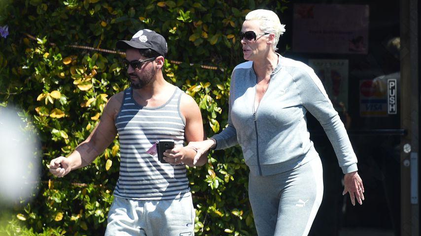Vor einem Monat: Versteckte Brigitte Nielsen hier Babybauch?