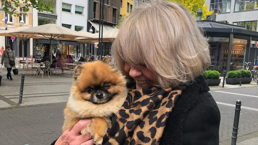 Brigitte Opoku mit Hund Carlo