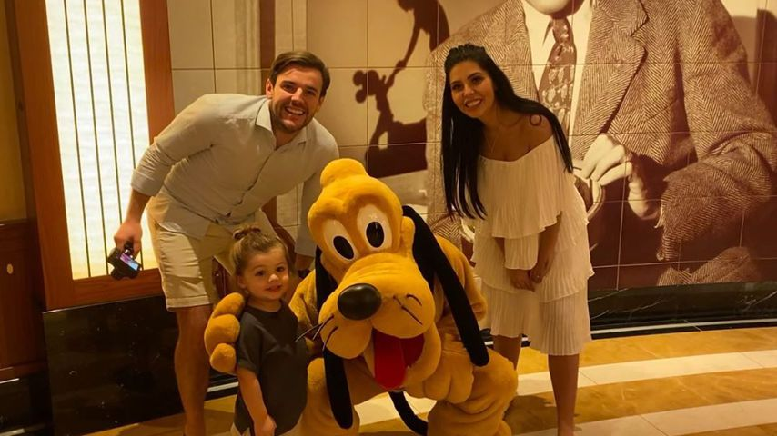 Cara de la Hoyde und Nathan Massey mit ihrem Sohn