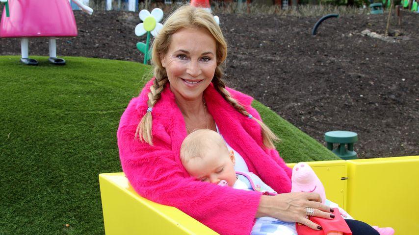 Zum Gähnen: Caroline Beils Tochter verschläft erstes Event