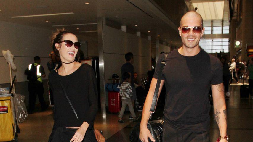 Carrie Baker und Max George 2016 am Flughafen in Los Angeles