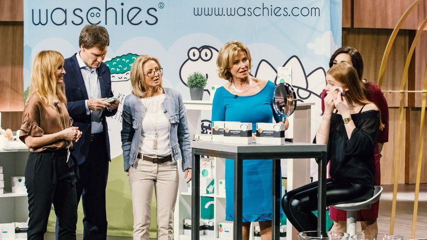 Carsten Maschmeyer, Dagmar Wöhrl (4.v.l.) und Judith Williams mit Erfinderinnen Marcella & Carolin