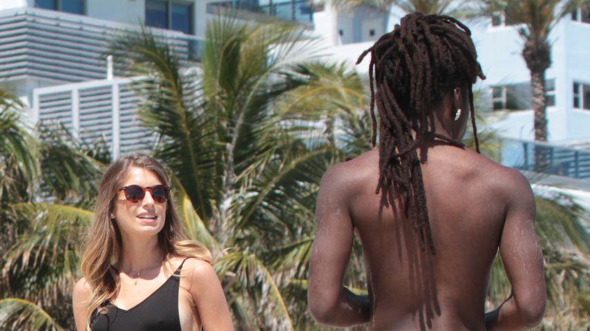 Nicht Mats! Mit diesem Nackedei tollt Cathy Hummels am Beach