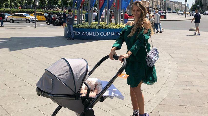 Papa kickt, Mama relaxt: Cathy tourt mit Ludwig durch Moskau