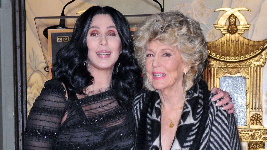 Cher und Mutter Georgia Holt 2010 bei einer Veranstaltung zu Ehren von Cher in Los Angeles.