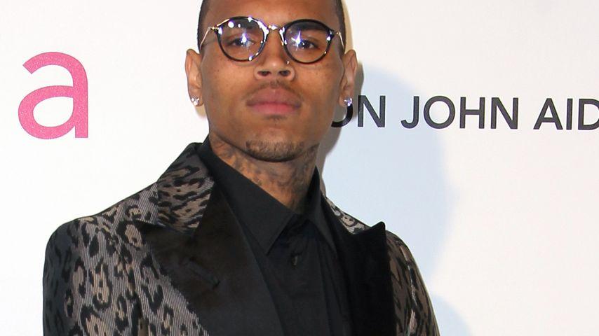 Streber-Style: Chris Brown mit runder Oscar-Brille
