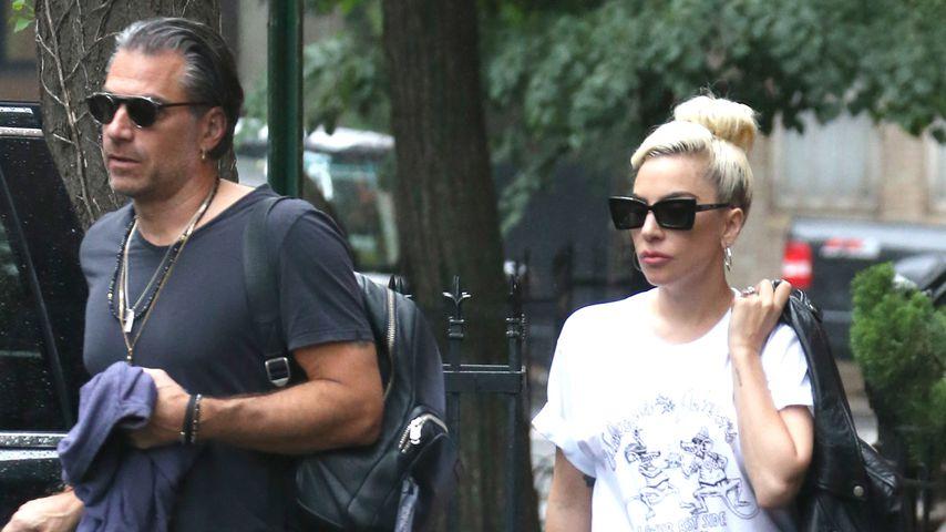 Lady Gaga mit ihrem Verlobten Christian Carino unterwegs in New York