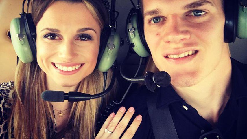 Christina Dirr und Matthias Ginter in einem Helikopter