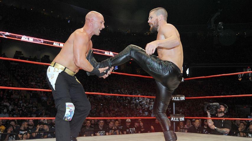 Christopher Daniels und Stephen Amell im Wrestling-Ring